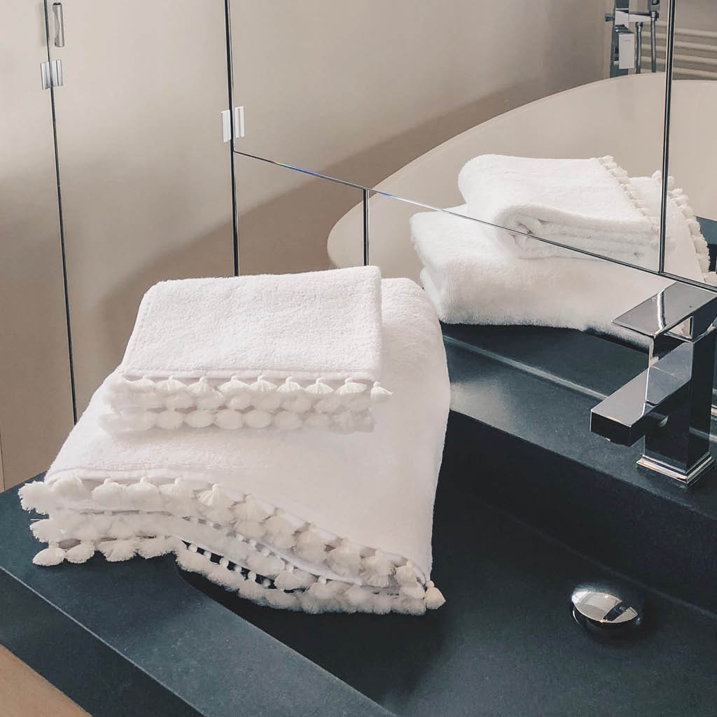 White towels with white pompons